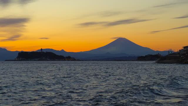 稲見屋崎から夕暮れ時の富士山と江ノ島 - 相模湾点の映像素材/bロール
