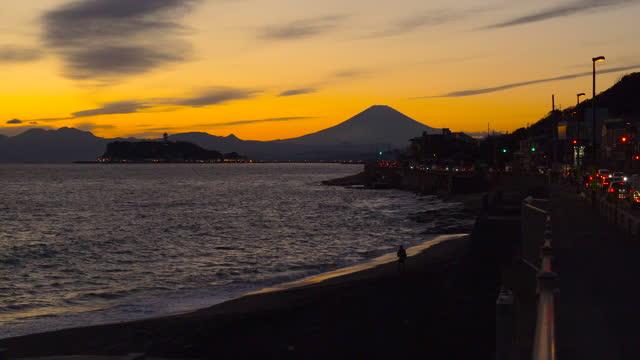 稲上原崎から夕暮れ時の富士山と江ノ島 - 相模湾点の映像素材/bロール