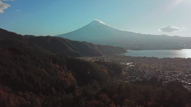 川口湖から秋の景色を望む紅葉の山富士 - 山梨県点の映像素材/bロール