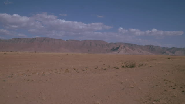 berg i namibias öknen - namibian desert bildbanksvideor och videomaterial från bakom kulisserna