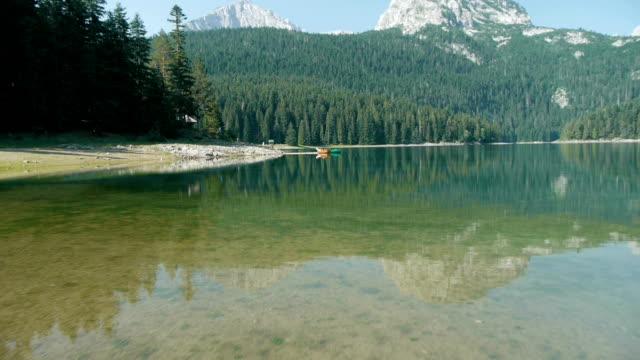 mountain lake luftaufnahme - naturpark stock-videos und b-roll-filmmaterial