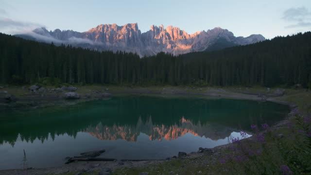mountain lake carezza (lago di carezza / karersee) and mount latemar. dolomites, welschnofen, south tyrol, italy. - lago stock videos & royalty-free footage