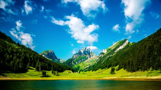 time lapse: lago di montagna in svizzera - switzerland video stock e b–roll