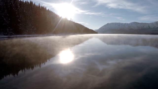 lago di montagna con crescente mist - area selvatica video stock e b–roll