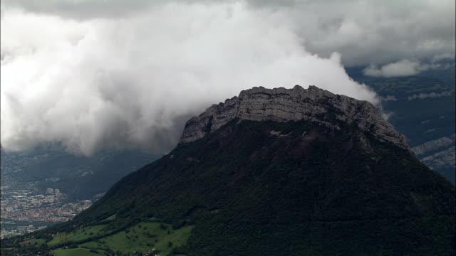 vídeos de stock, filmes e b-roll de paisagem de montanhas-vista aérea-ródano-alpes, isère, arrondissement de grenoble, frança - rhône alpes