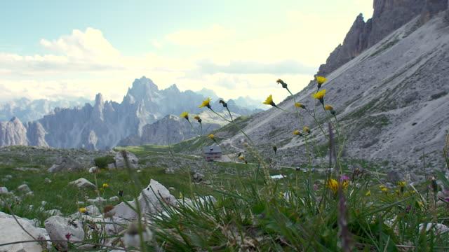 mountain landscape, alpine hut in the dolomites, tre cime of lavaredo - トレンティーノ点の映像素材/bロール