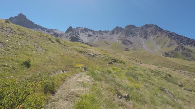 vídeos de stock, filmes e b-roll de mountain landscape - ponto de vista de caminhada