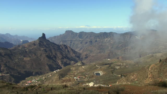 t/l ws mountain landscape with view of roque bentaiga / gran canaria, spain - グランカナリア点の映像素材/bロール