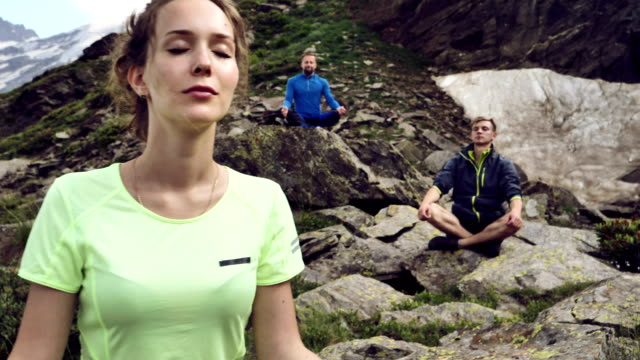 mountain meditation - posa del loto video stock e b–roll