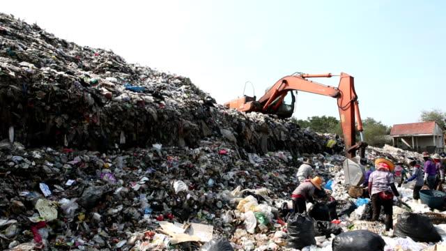 のゴミ山の人々と動作 backhoe - ゴミ捨て場点の映像素材/bロール