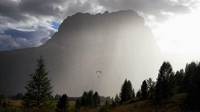 vídeos y material grabado en eventos de stock de aventuras al aire libre en la montaña: espectacular paisaje alpino con nubes - the nature conservancy