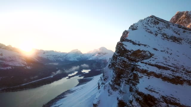 stockvideo's en b-roll-footage met mountain peak luchtfoto winter wonderland - alberta
