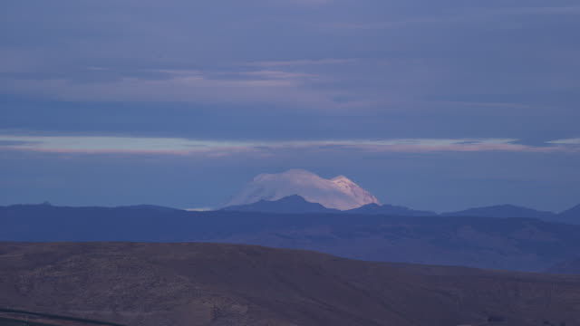 mountain peak in distance blue sky - wiese stock videos & royalty-free footage