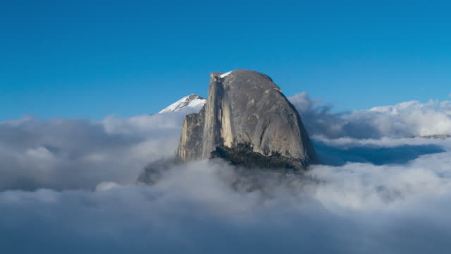 berggipfel in niedrigen wolken - yosemite national park stock-videos und b-roll-filmmaterial