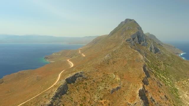 バロス ビーチに山のピーク。クレタ島、ギリシャ。 - 丘点の映像素材/bロール