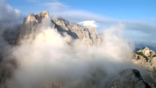 hd: mountain peaks nel cloud - area selvatica video stock e b–roll