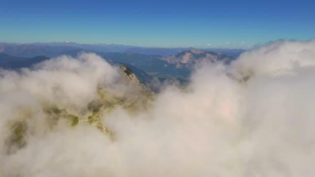stockvideo's en b-roll-footage met lucht pieken in de mist - julian alps