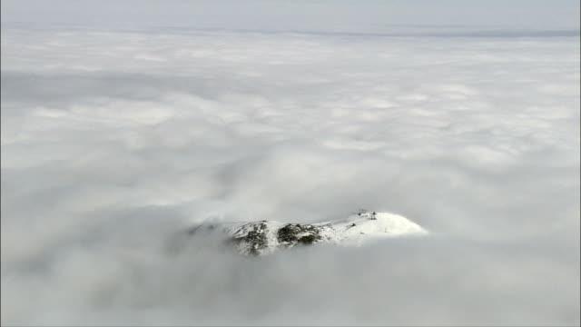 montagne sopra nuvole-vista aerea-piemonte, la provincia di cuneo, italia - piemonte video stock e b–roll