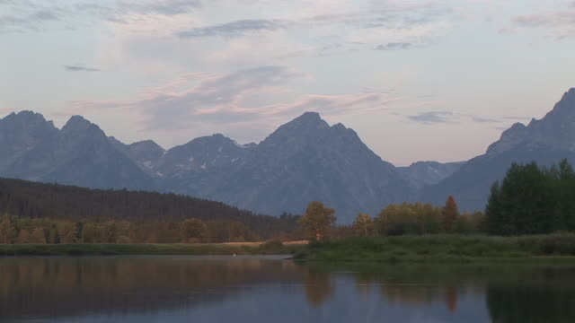 vídeos y material grabado en eventos de stock de zo, ws, mountain range and snake river at sunrise, grand teton national park, wyoming, usa - grand teton