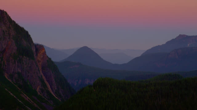wide zoom out mountain range at sunset - mt rainier national park stock videos & royalty-free footage