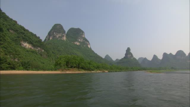 ws pov mountain range by li river, guilin, guangxi zhuang autonomous region, china - li river stock videos & royalty-free footage