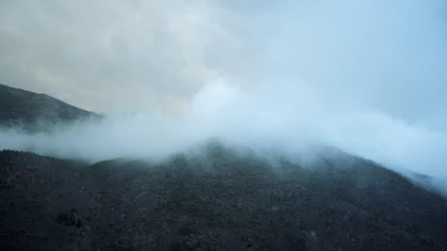 vidéos et rushes de chaîne de montagnes couverte de nuages - mountain range