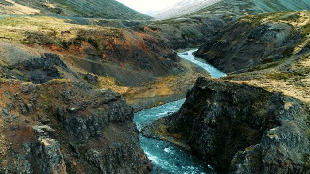 Ravin de la montagne avec excès de vitesse rivière turquoise