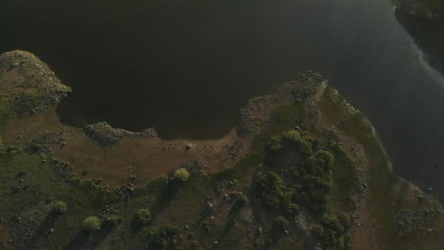 vídeos y material grabado en eventos de stock de embalse de montaña prístino lago grand mesa bosque nacional late evening sunset 4k video series - pinar