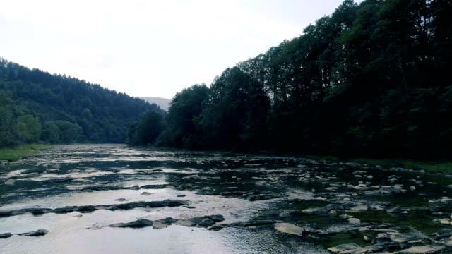 山川。航空写真ビュー - 流れる点の映像素材/bロール