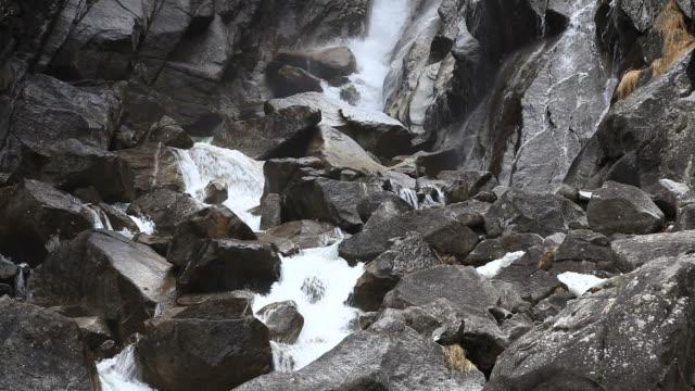 vídeos de stock e filmes b-roll de rio de montanha entre rocks - movimento perpétuo