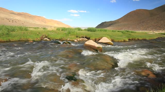 stockvideo's en b-roll-footage met mountain river. mongolia, altai - mongolië