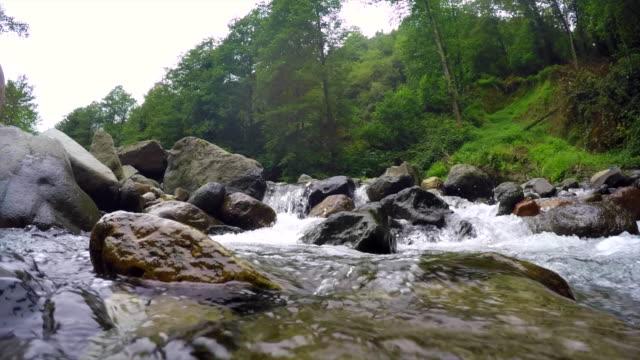 Rivière de montagne Super ralenti