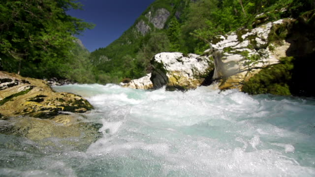 mountain river super-zeitlupe - spring flowing water stock-videos und b-roll-filmmaterial