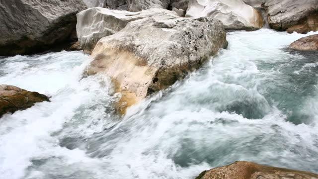 vídeos de stock e filmes b-roll de rio de montanha - movimento perpétuo