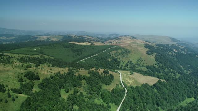 strada di montagna e paesaggio su kopaonik - area selvatica video stock e b–roll