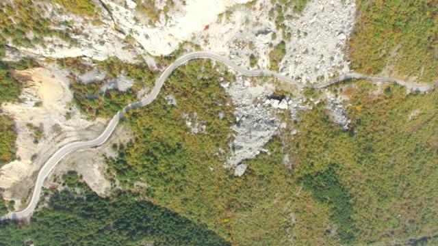 山の岩、上面の麓に航空: 山の道 - クワッドコプター点の映像素材/bロール