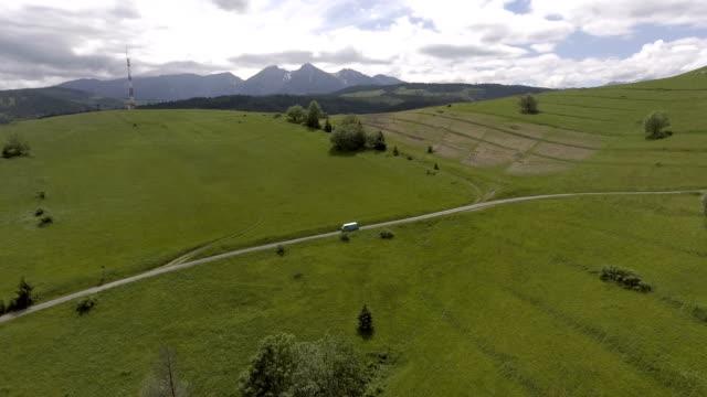 vídeos de stock e filmes b-roll de mountain road trip. aerial view - carrinha veículo