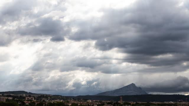 vídeos de stock, filmes e b-roll de mountain sainte victoire timelapse - aix en provence