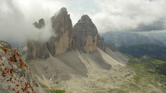 mountain scenery, the three peaks in the dolomites - naturligt landmärke bildbanksvideor och videomaterial från bakom kulisserna