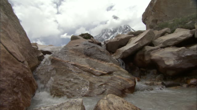 mountain stream flows to camera, tapovan, india available in hd. - felsblock stock-videos und b-roll-filmmaterial