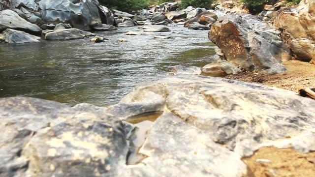 stockvideo's en b-roll-footage met mountain stream - goede staat