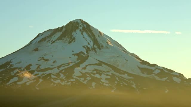 stockvideo's en b-roll-footage met mountain summit sunset light rays mt. hood oregon cascades - pacific crest trail