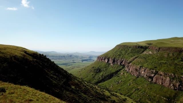 vidéos et rushes de paysage de vallée de montagne - paysage extrême