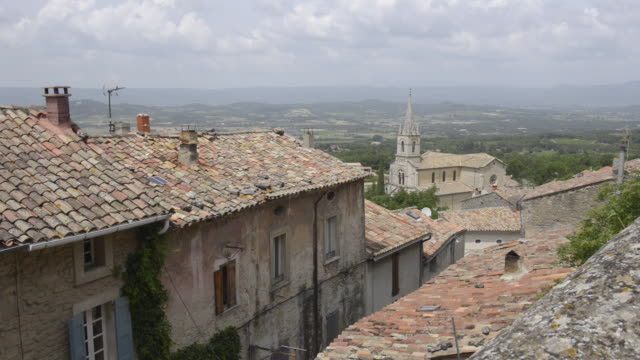 vídeos de stock e filmes b-roll de mountain village bonnieux - luberon