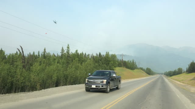 mountain wildfire and traffic - furgone pickup video stock e b–roll
