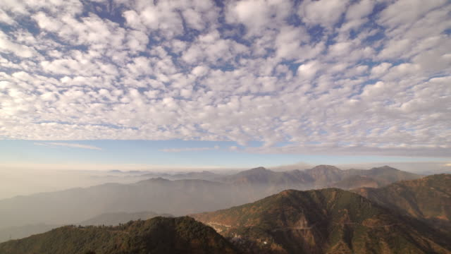 vídeos de stock, filmes e b-roll de mountain with clouds on a sunny day - india - rishikesh
