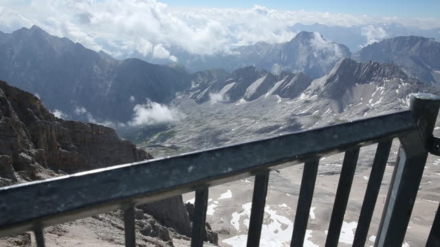 stockvideo's en b-roll-footage met berg zugspitze - bavarian alps