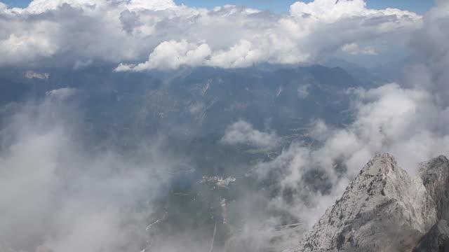 vídeos de stock, filmes e b-roll de montanha zugspitze - montanha zugspitze
