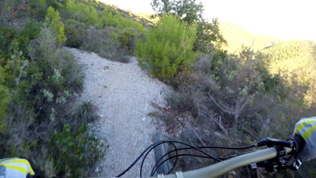 vídeos y material grabado en eventos de stock de ciclista de montaña desciende colina junto al mar - diez segundos o más