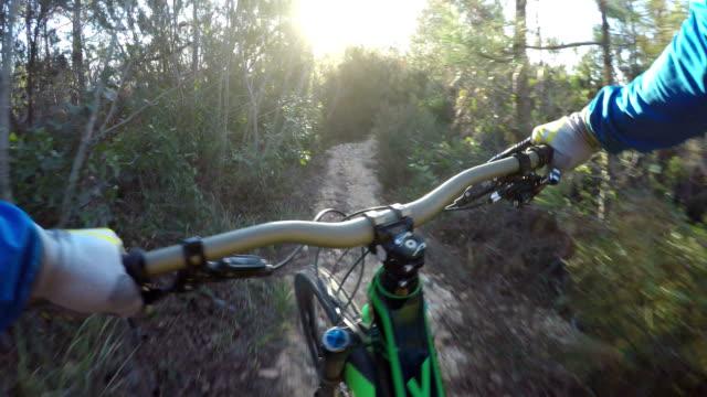 Mountain-Biker steigt am Meer Hügel